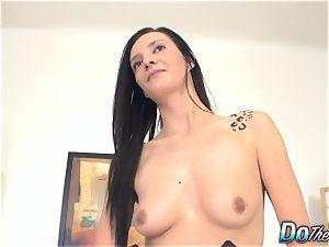 Swinger wifey Laura Devis flashes her hotwife