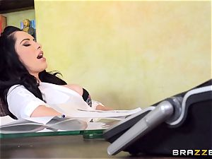 sweetheart Bella Maree gets serviced by her employee
