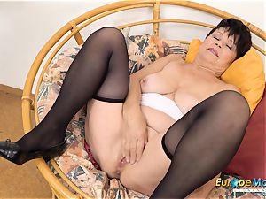 EuropeMaturE Libi tempting Solo Striptease flick