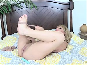 Stevie Lix Plays With Her coochie With dildo