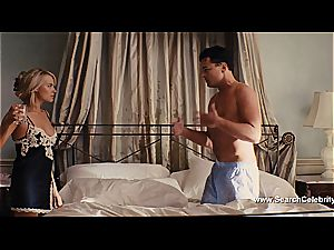Margot Robbie bare in The hunk of Wall Street