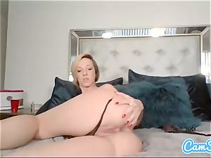 Buttplugged babe frigs