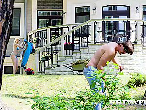 Anny Aurora tears up the gardener